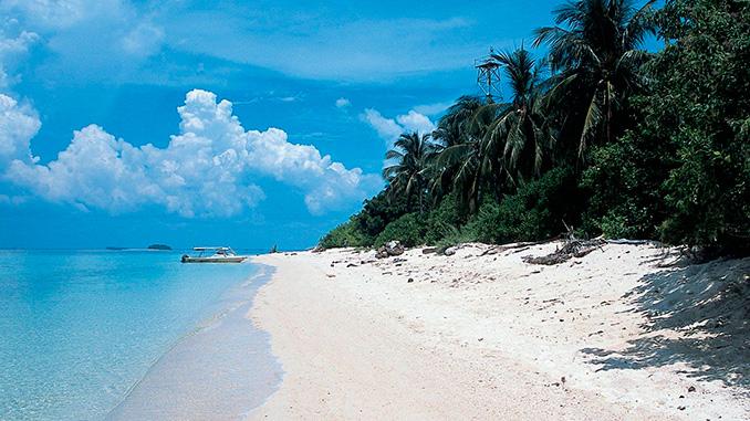 La playa en la Isla de las Tortugas en Borneo