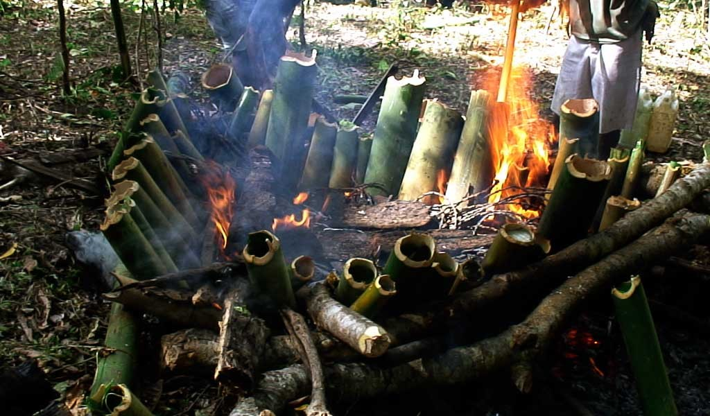 Cocina con cañas de bambú en los sabores de Malasia