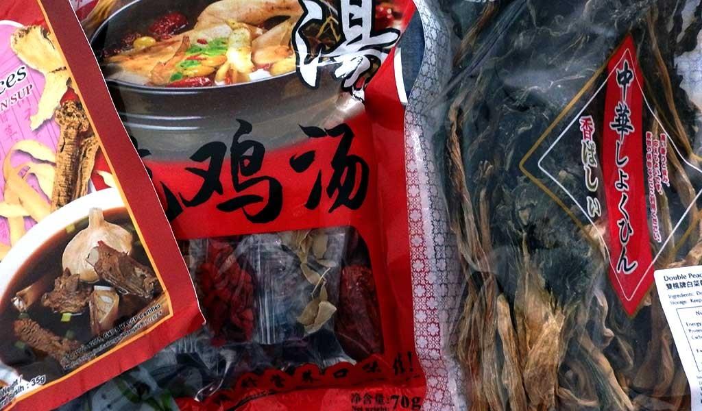 Raíces y condimentos que utilizan en Malasia para hacer sopas