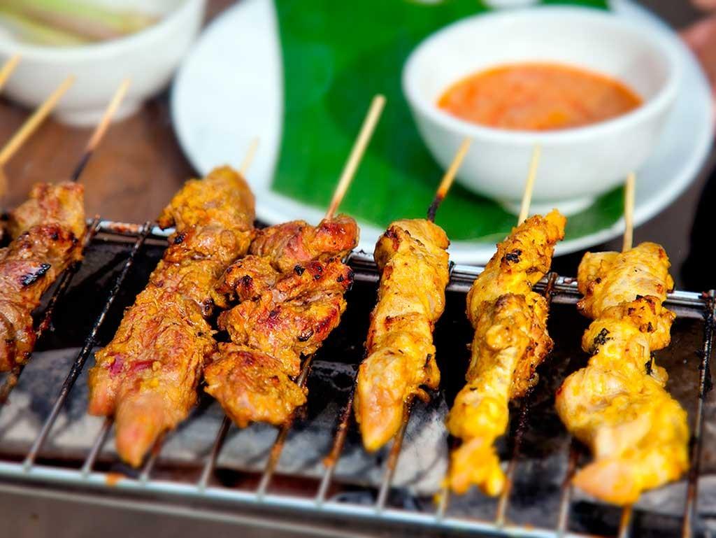 Satay de pollo en la cocina de Malasia