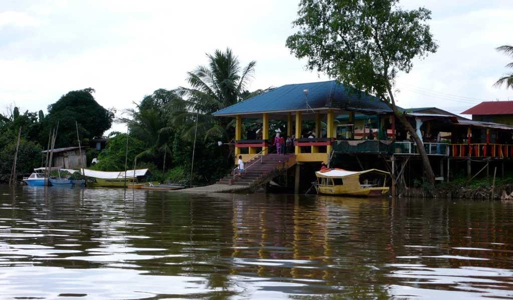 Embarcadero en el recorrido al viajar a Sarawak Borneo en Malasia