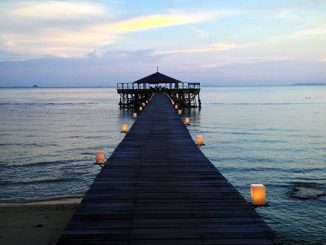 Muelle en la isla Tioman en Malasia