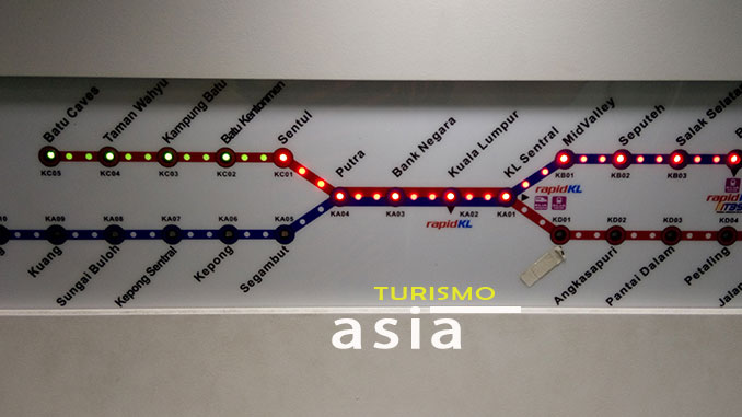 línea de tren KTM que nos lleva a Batu Caves en los alrededores de Kuala Lumpur