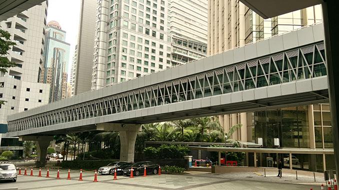 Túnel que me lleva a las torres Petronas en Kuala Lumpur