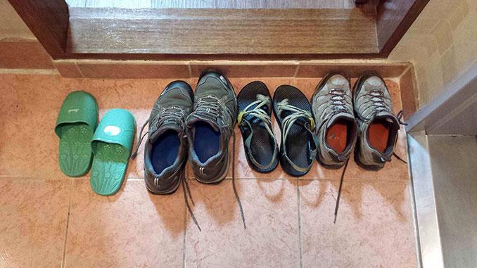 zapatos fuera de las casas en Malasia
